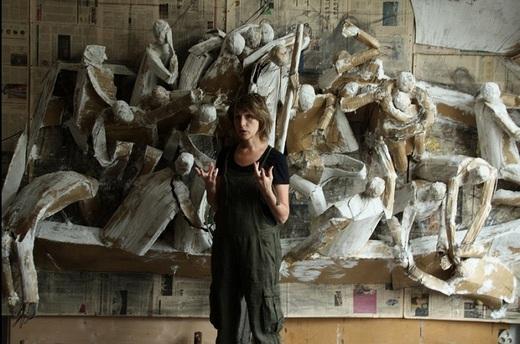 Мария Кулагина в мастерской. Подготовка инсталляции В одной лодке