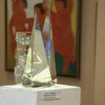 Работа Ольги Победовой, Россия (инсталляция, стекло) -на переднем плане