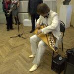 Павел Лукоянов, исполняет на гуслях современную музыку собственного сочинения и известные музыкальные произведения