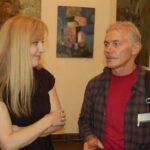 Слева - подруга и бывшая сокурсница художницы Оксана- похожа на чуть подросшую Алису из Страны Чудес