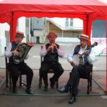 Во внутреннем дворике оркестр играл джаз