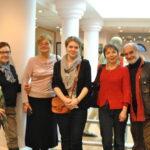 художник Нина Шапкина- одна их авторов экспозиции (крайняя слева), крайний справа художник Феликс Бух и художник Анна Замула
