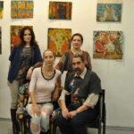 галерист Елена Бобрусова, Виктор Тимофеев (сидят), галерист Елена Гущина (справа, стоит) и гостья вернисажа