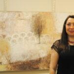 """""""Отношения  и связи"""" Лилианы Спик в галерее Светланы Сажиной. На фото автор"""